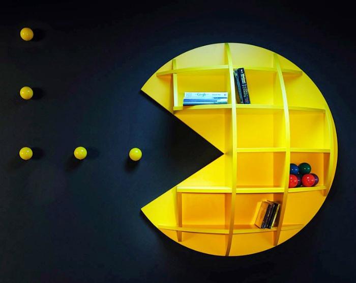 Яркая полка Pac-Man.