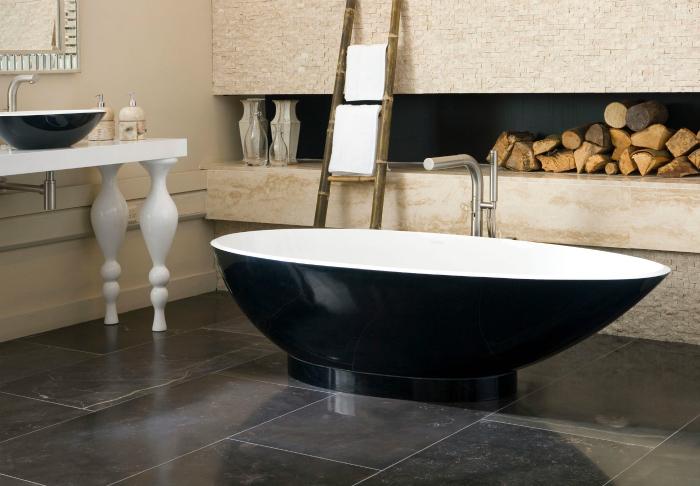 Смесь разнообразных материалов и цветов в интерьере ванной комнаты.