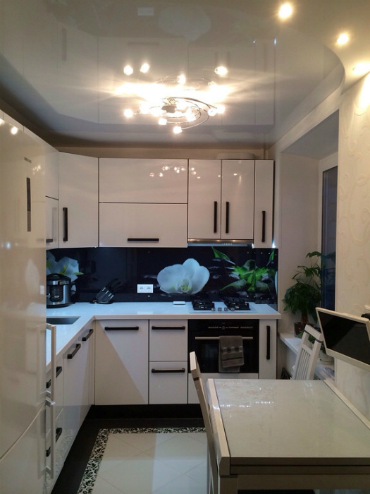 Белая глянцевая кухня. | Фото: vizada.ru.