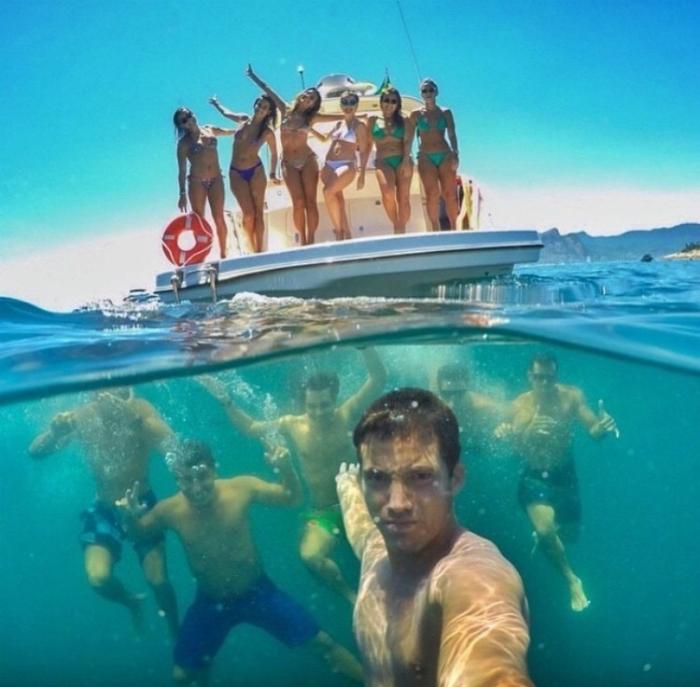 Девочки - на боту, мужчины - под водой.
