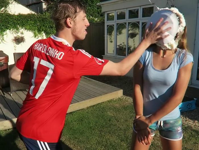 «Уверены, не такого поздравления она ожидала!» | Фото: kalaputski.ru.