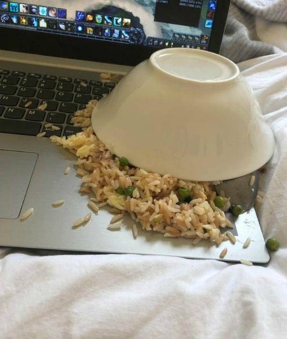 «Знаете, как трудно оттереть жир с клавиатуры?» | Фото: Dama.bg.