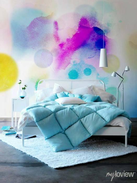 Яркие, произвольные кляксы на белой стене добавят ярких красок комнате.