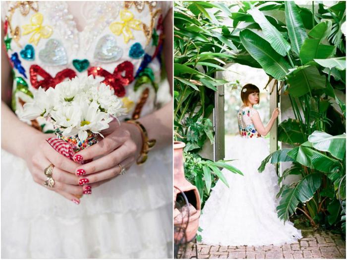 Белое платье, украшенное пайетками.