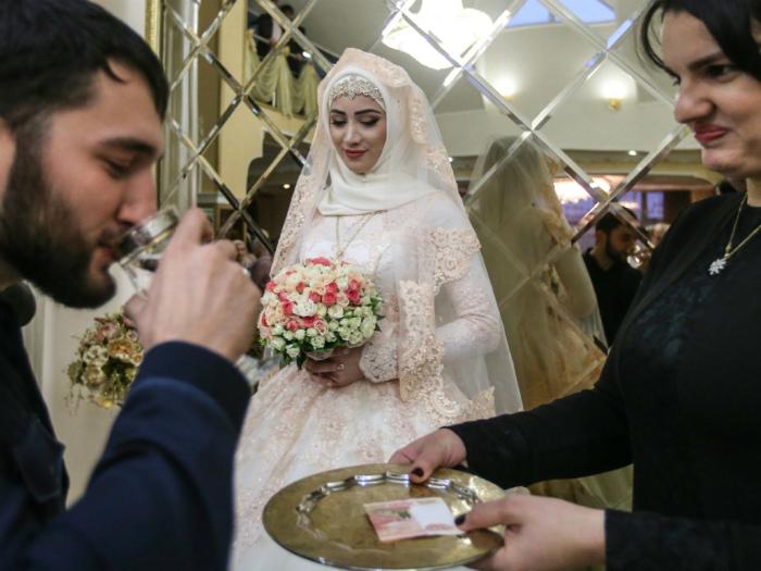 На чеченской свадьбе невеста должна стоять в углу.