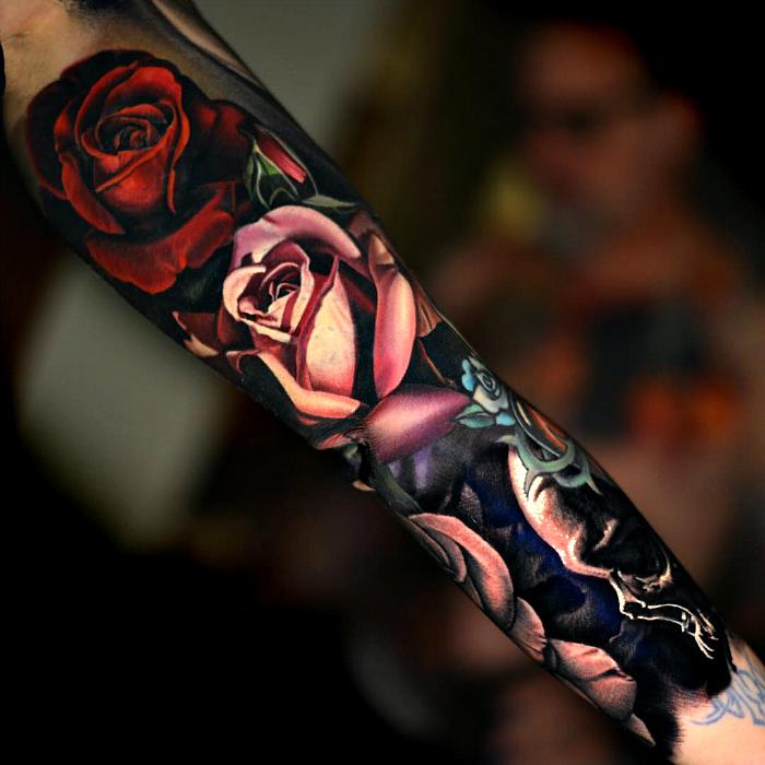 Татуировка рукав из роз и черепов.