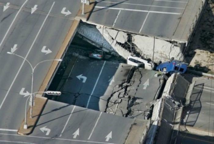 5 человек погибло, 6 получили серьезные травмы в результате обрушения 66-ти фунтовой части дорожного полотна.