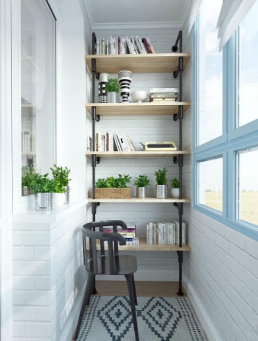 Эффектный стеллаж для маленького балкона. | Фото: Decorating HQ.