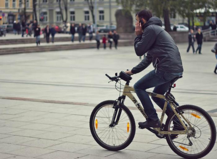 Запрет на разговоры по мобильному у велосипедистов. | Фото: Joinfo.