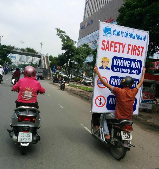 Закрыл обзор плакатом «Безопасность превыше всего».