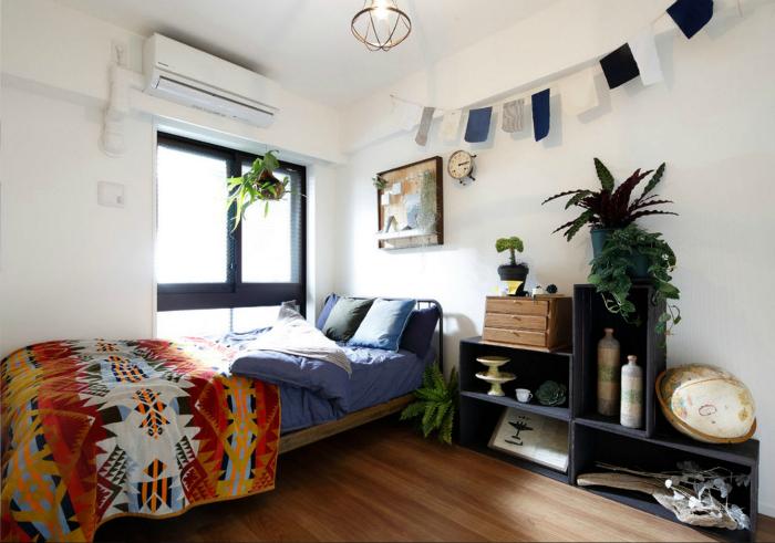 Спальня с белыми стенами и яркими деталями.