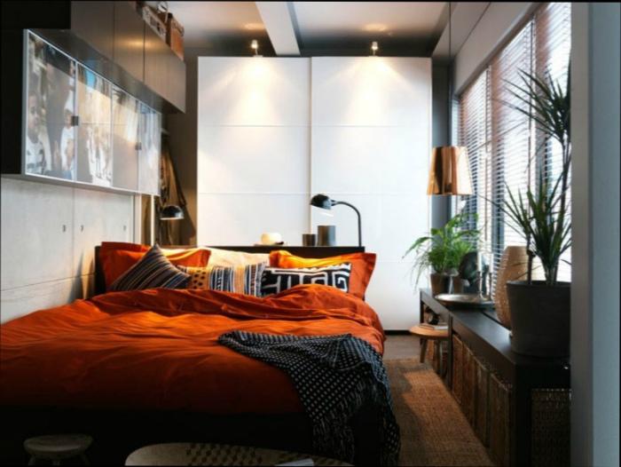 Небольшая спальня с ярким текстилем и растениями.