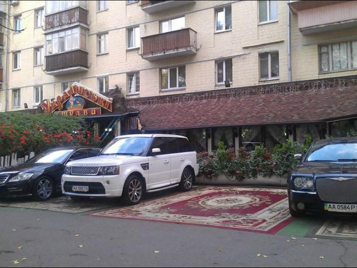 Элитная, застеленная коврами, парковка.
