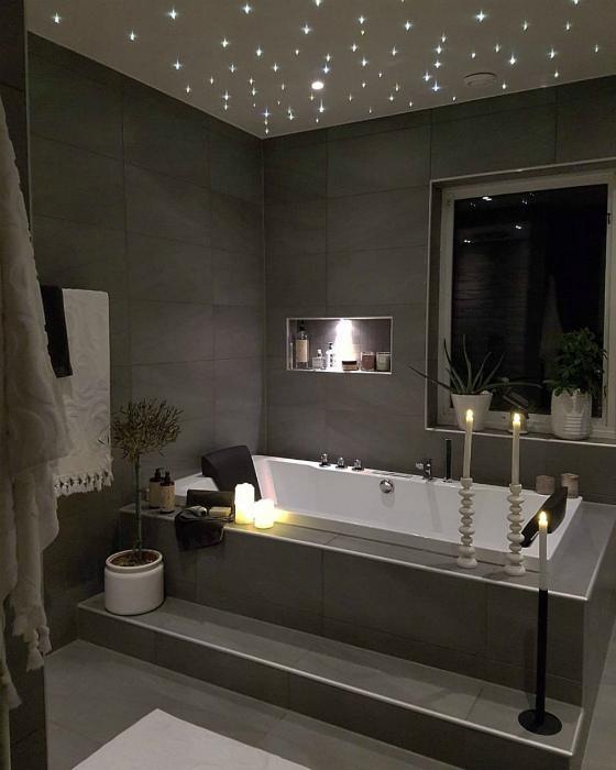 Крошечные LED-светильники в ванной комнате.