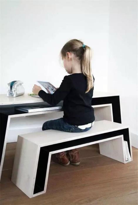 Современный письменный стол со скамейкой.