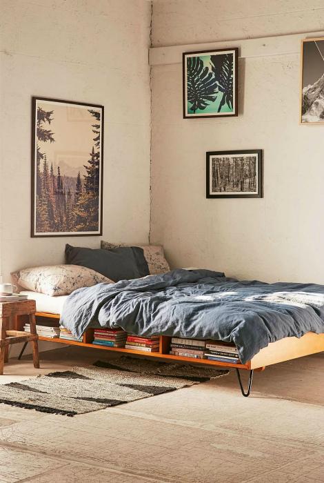 Простая кровать с полкой для книг.