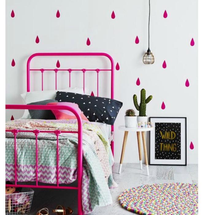 Яркий интерьер спальни девочки-подростка.