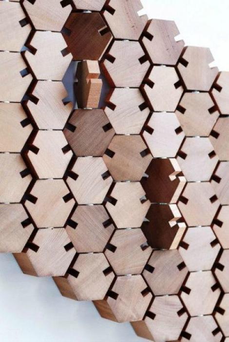 Деревянная вешалка с подвижными элементами.