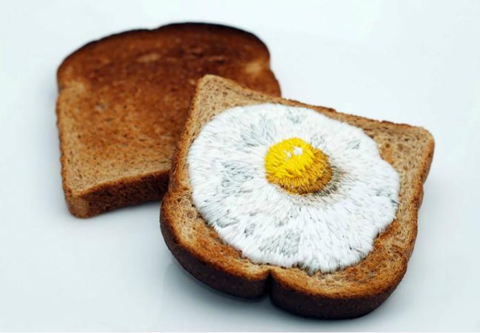 Вышитые рисунки на тостах.
