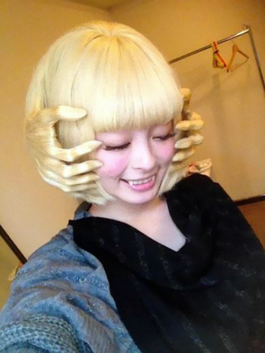 Верх парикмахерского мастерства - руки из волос.