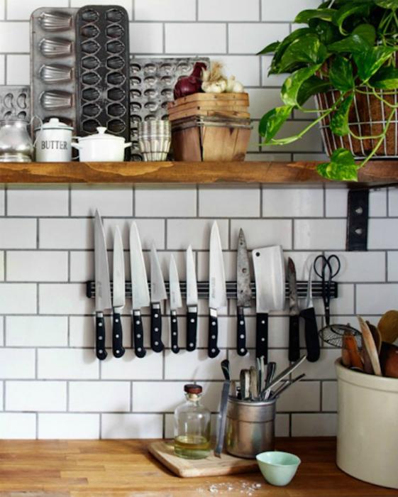 Магнитная планка для удобного хранения ножей.