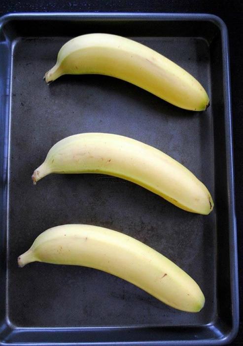 Подержите недозрелые бананы несколько минут в разогретой духовке, чтоб они доспели.