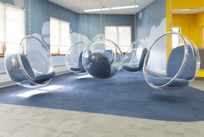 Комната отдыха с подвесными креслами.