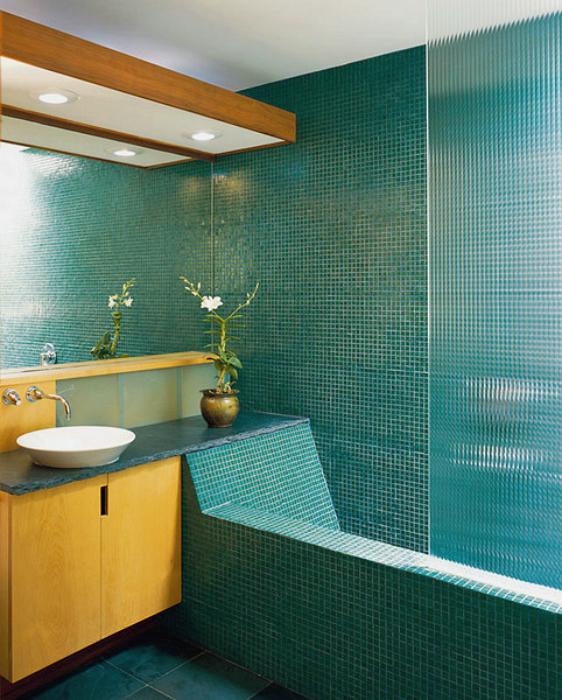 Яркий интерьер крошечной ванной.