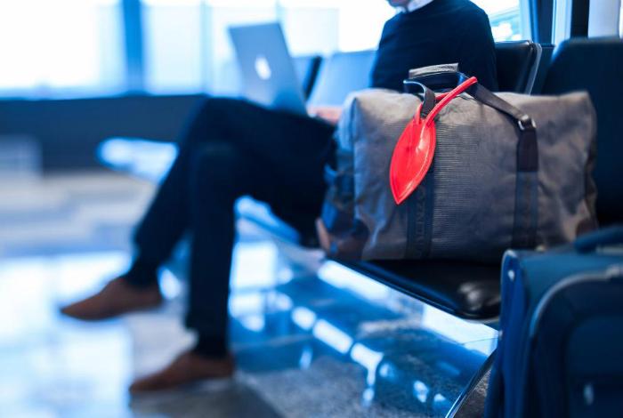 Бирка со встроенным передатчиком Bluetooth, которая оповещает о том, что чемодан прибыл на багажную ленту.