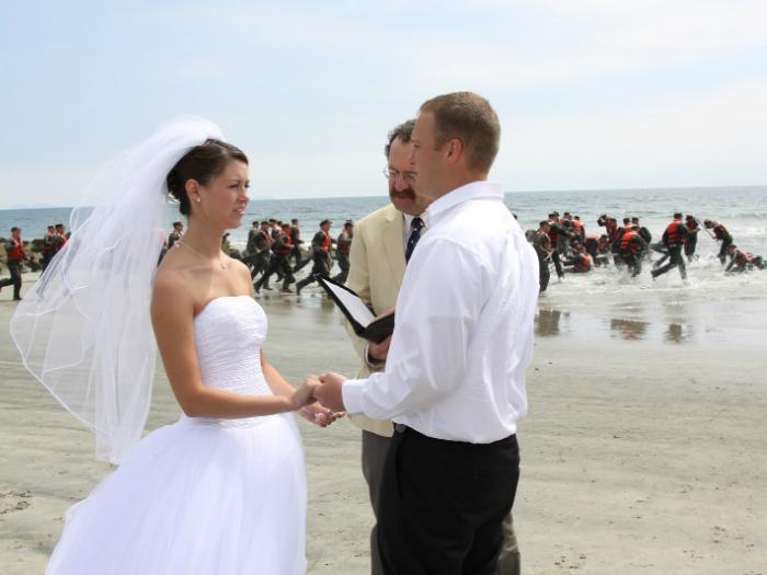 Свадебная церемония на берегу моря плавно переходит в операцию спасения.