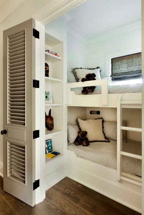 Светлая спальня с угловой двухъярусной кроватью.