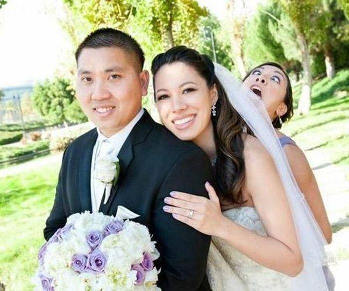 Очень веселая подружка невесты.