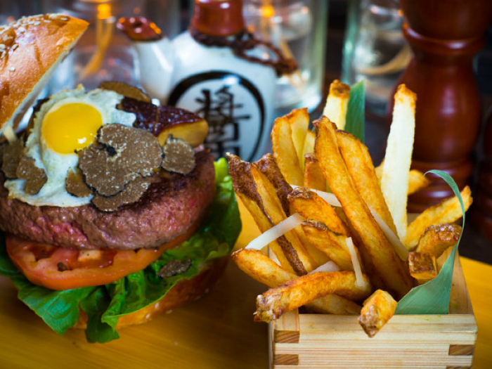 Цена: 295$. В состав бургера входит японская мраморная говядина вагу, масло из белых трюфелей, сыр чеддер, черные трюфели и жареное перепелиное яйцо, подается с золотой зубочисткой Fleur de Lis, инкрустированной бриллиантами.