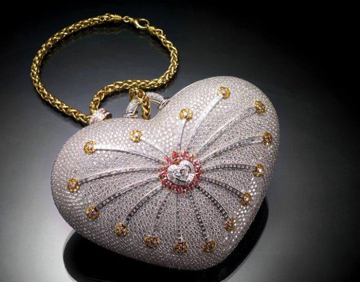 Цена:,8 млн. Сумка выполнена в форме сердца и украшена 4517 бриллиантами, вес которых 381,9 карат.