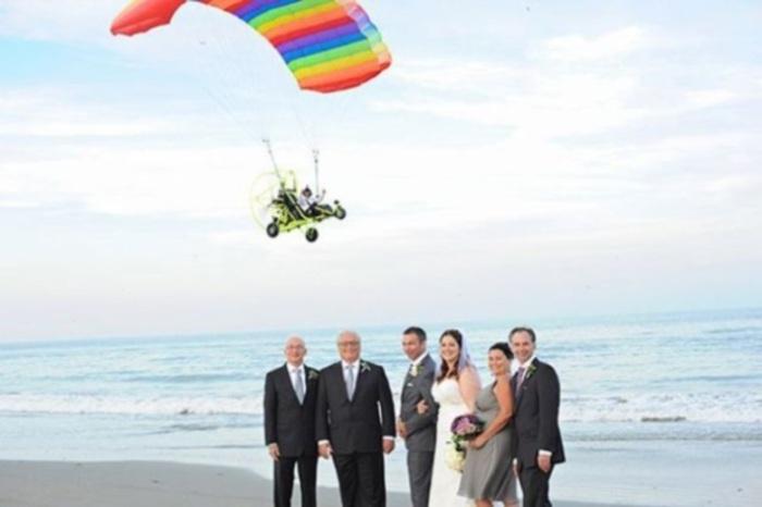 Мужчина на дельтаплане стал главным героем на свадебной фотографии.