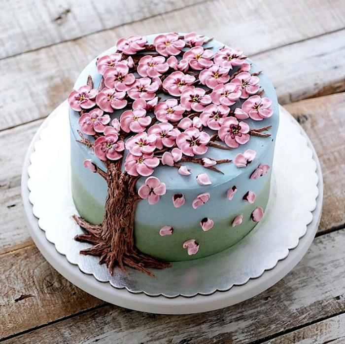 Торт, украшенный цветущей сакурой.