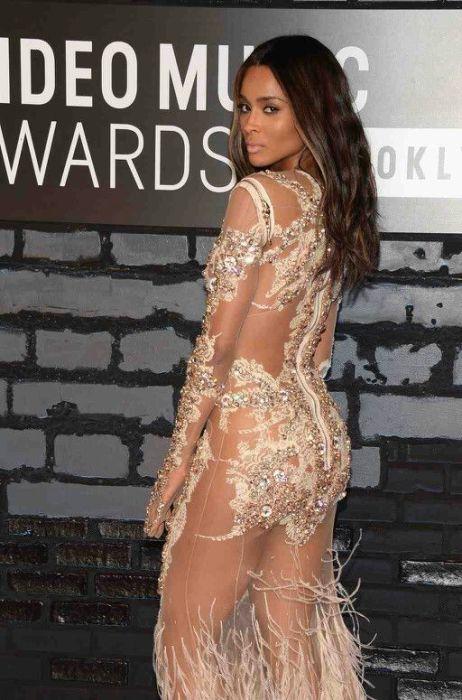 Сиара в роскошном прозрачном платье телесного цвета от Givenchy.