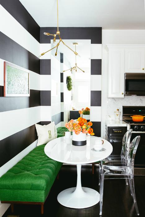 Кухонный уголок с ярко зеленой лавкой.