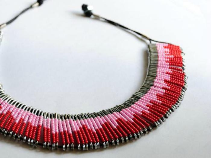 Ожерелье из бисера и булавок.