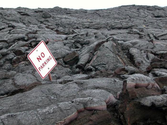 Novate.ru уверяет, скалы - не место для парковки. | Фото: theCHIVE.
