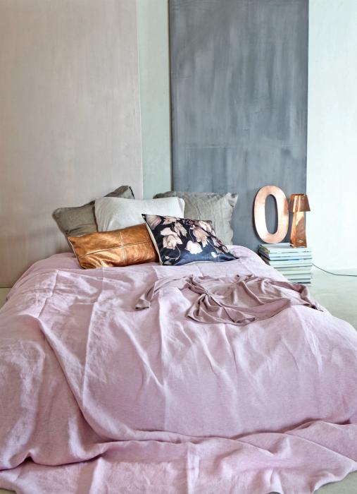 Женская спальня в пастельных тонах.