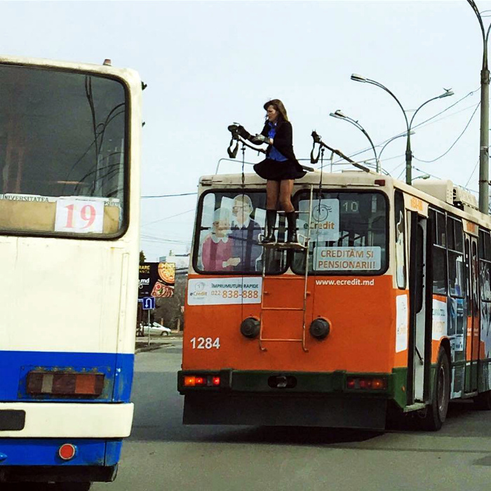 Превратила троллейбус в экскурсионный.