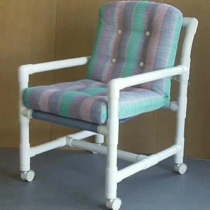 Светлое кресло на колесиках.
