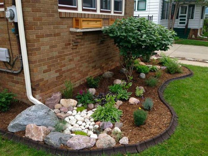 Чудесная композиция из растений и камней.