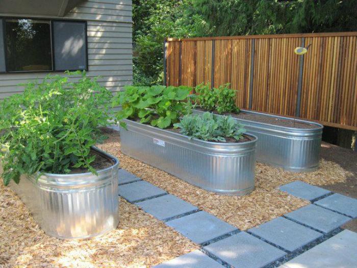 Большие алюминиевые емкости для выращивания растений.