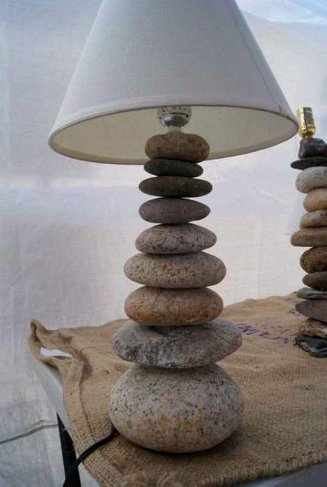 Настольная лампа с каменным основанием.