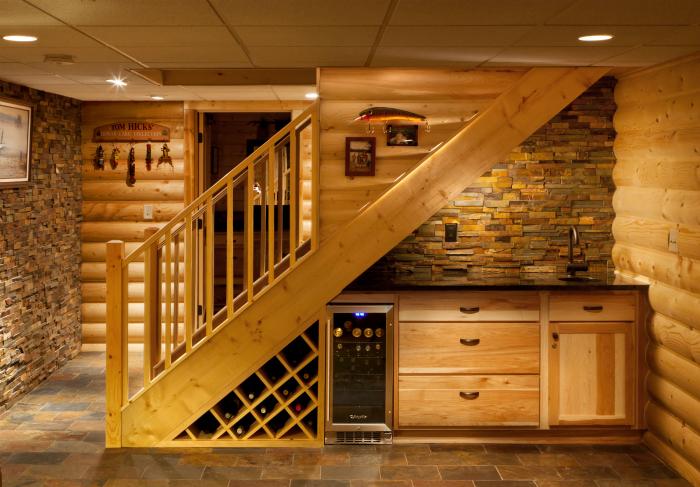 Мини-кухня под лестницей.