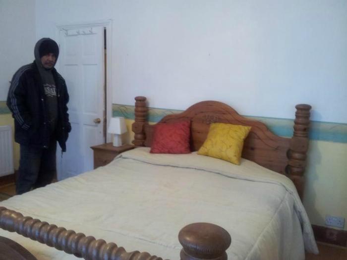 Кровать и мужчина.