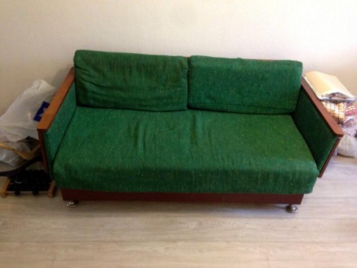 Раскладной диван советского образца.