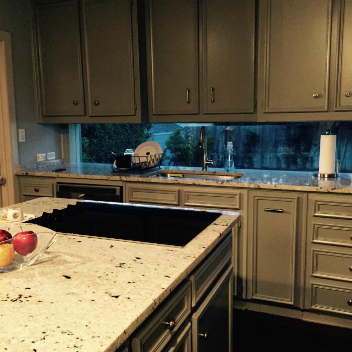 Окно вместо кухонного фартука.